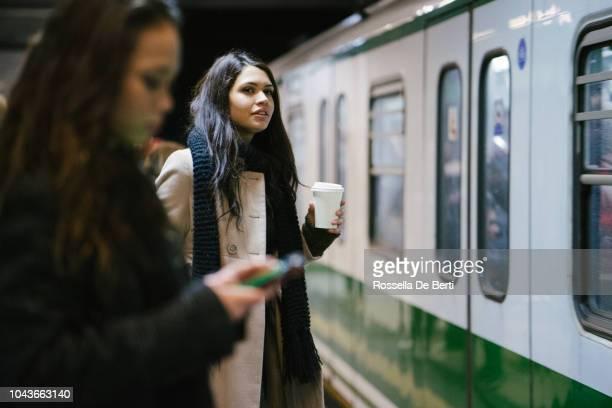giovani imprenditrici che utilizzano i mezzi pubblici - metropolitana foto e immagini stock
