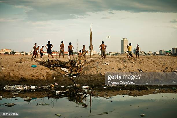 CONTENT] Young Cambodians play volleyball on the sand of the dry Boeung Kak Lake in Phnom Penh