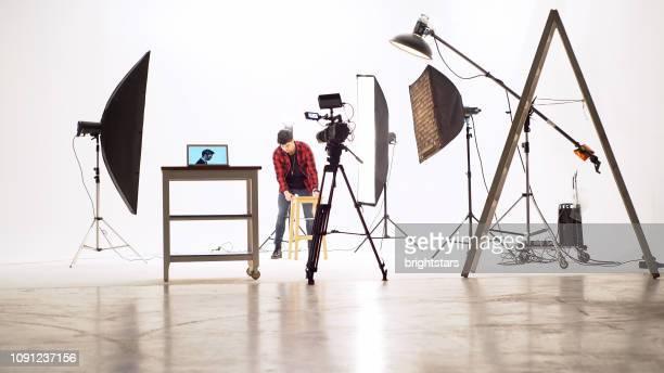 スタジオで若いカメラ オペレーター - 映画セット ストックフォトと画像