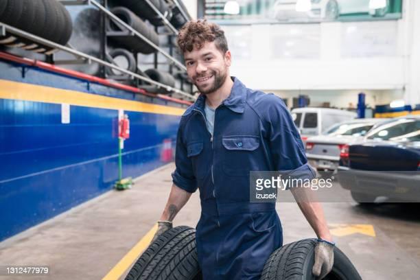mecánico de coches jóvenes en el trabajo - izusek fotografías e imágenes de stock