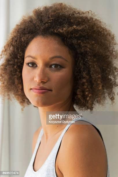 syd112017 young carefree woman - kroeshaar stockfoto's en -beelden