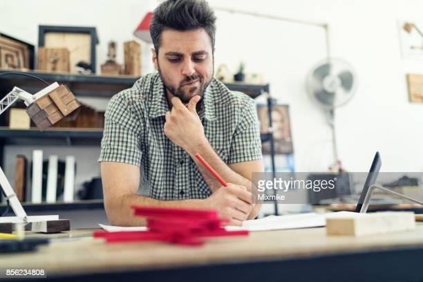 Junge Tischler konzentrierte sich auf seine Arbeit in seiner Tischlerei