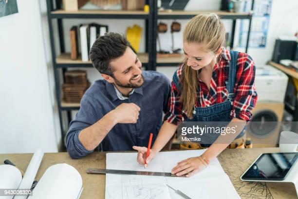 Junge Tischler arbeiten in ihrem studio