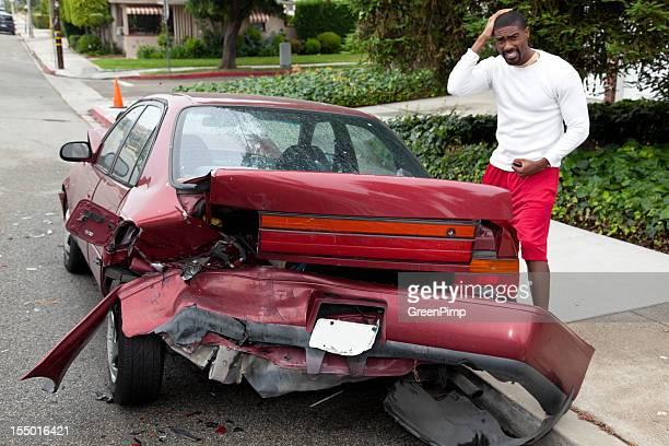 Jeune homme décontracté noir s'écrasent voiture
