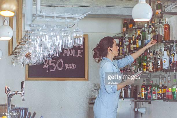 """Junge, legere Frauen bar Eigentümer die Verfügbarkeit in """"the bar"""""""