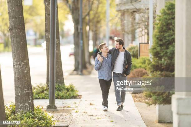 Junge casual Homosexuell männlichen Partner zu Fuß in die Stadt