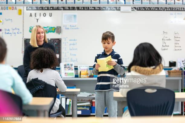 彼のクラスに提示する若い白人の少年 - あがり症 ストックフォトと画像