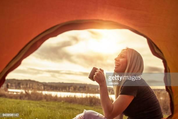 mujer joven caucásica disfrutando en el lago - camping fotografías e imágenes de stock