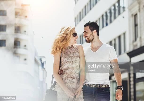 jovem alegre casal de compras e caminhadas pela rua - casal heterossexual - fotografias e filmes do acervo