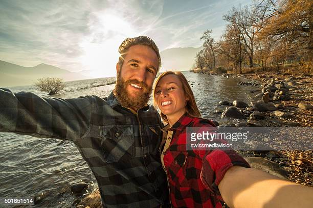 Junge fröhlich Ehepaar nimmt eine selfie-Porträt von den See