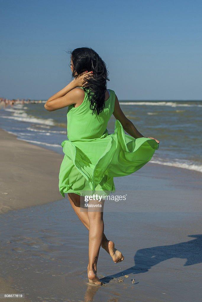 Junge fröhliche Mädchen auf das Meer : Stock-Foto
