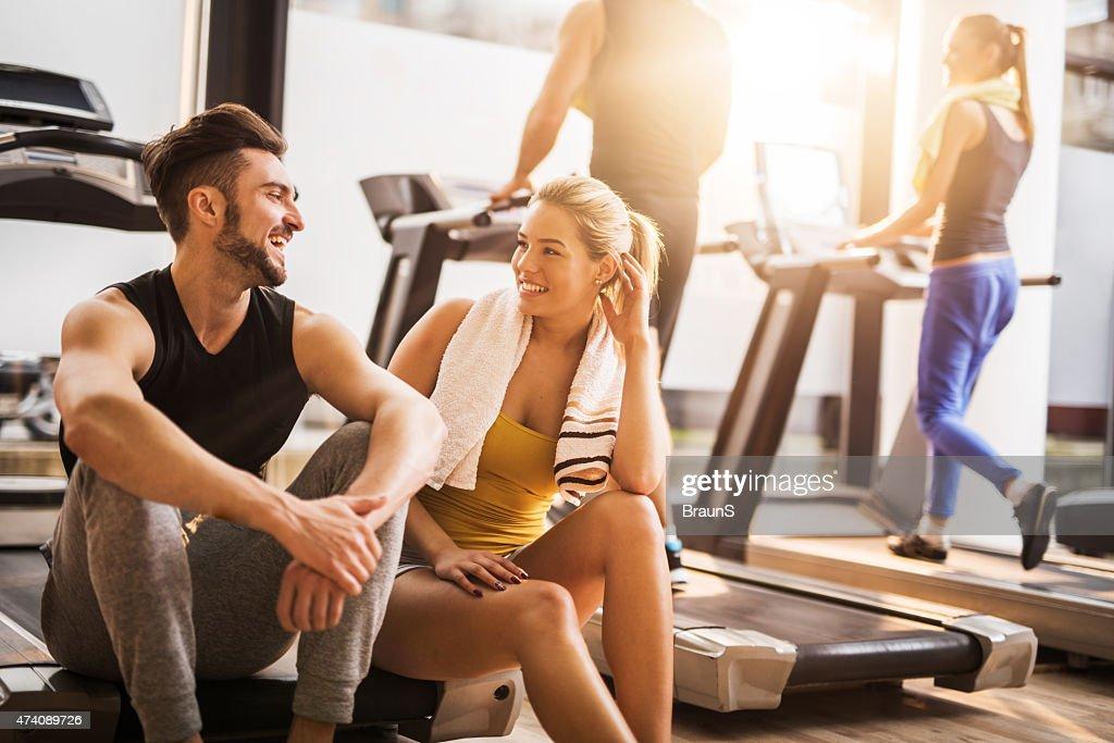 Giovane allegro persone a riposo da esercizio in palestra e la comunicazione. : Foto stock