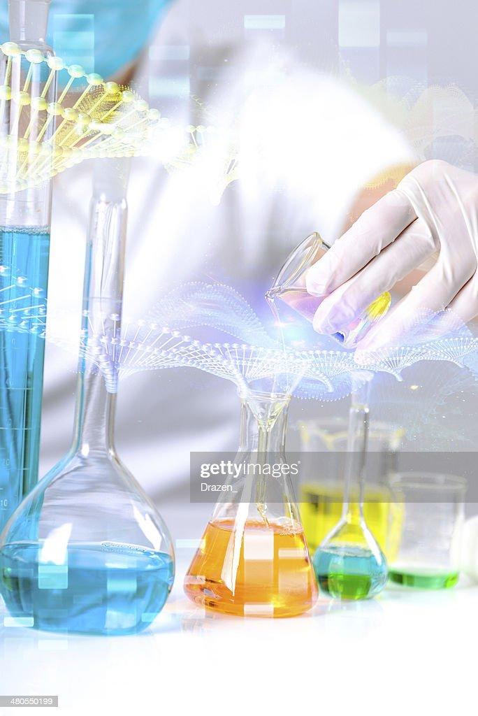 Joven científico en el laboratorio químico de experimentar con phamaceutical soluciones : Foto de stock