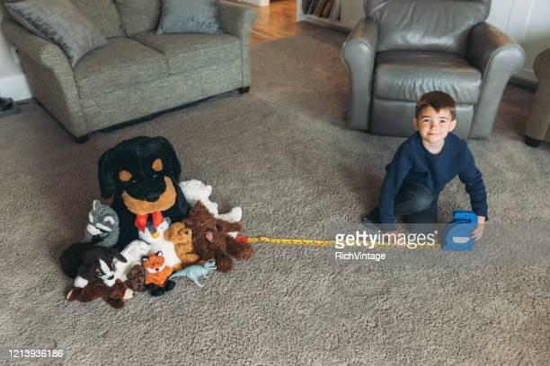 junges kind übt richtige soziale distancing - abstand halten infektionsvermeidung stock-fotos und bilder