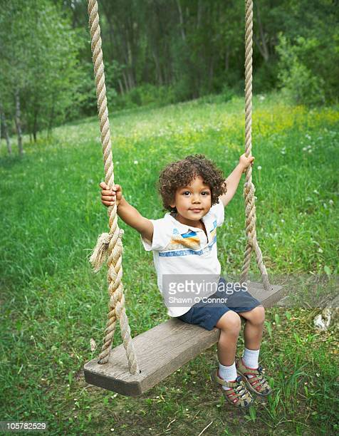 young child sitting on large outdoor swing - コロラド州 ニューキャッスル ストックフォトと画像