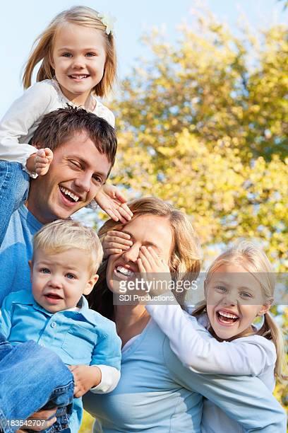 Jeunes enfants et parents jouant de fermer les yeux