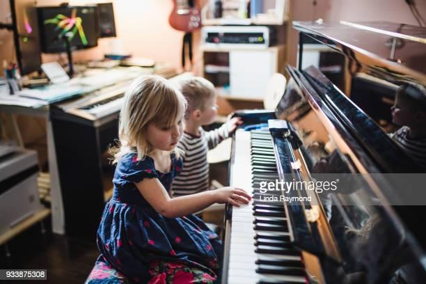 幼児ピアノを弾く