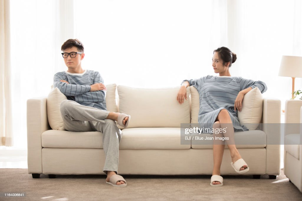 Young Chinese couple arguing in living room : 圖庫照片
