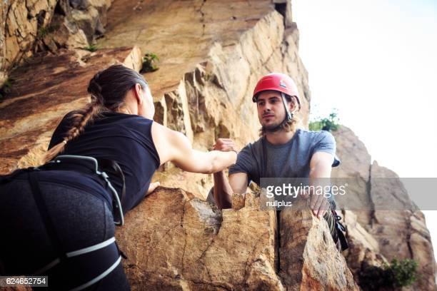 Junge Bergsteiger Klettern in alten Steinbruch