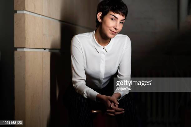 jovem confiante e bem sucedida jovem - feminidade - fotografias e filmes do acervo