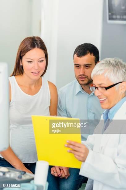 Jeune Couple et femme médecin dans une Consultation