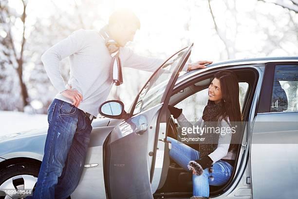 Junges Paar und dem Auto.