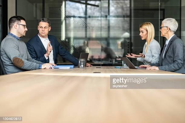 una pareja joven y sus abogados tomando la separación en la oficina. - abogado fotografías e imágenes de stock