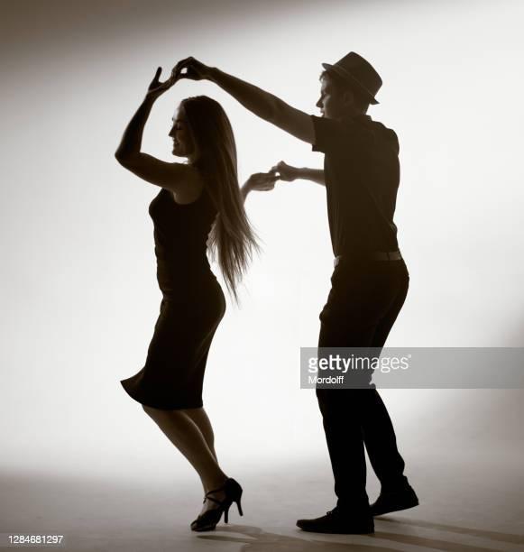 les jeunes couples exécutent la danse latino-américaine - danse latine photos et images de collection