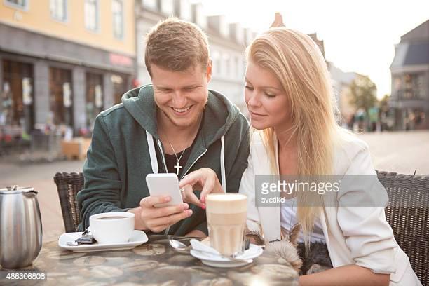Junges Paar im Café mit Ihrem Hund.