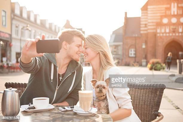 若いカップルのカフェには、犬となっています。