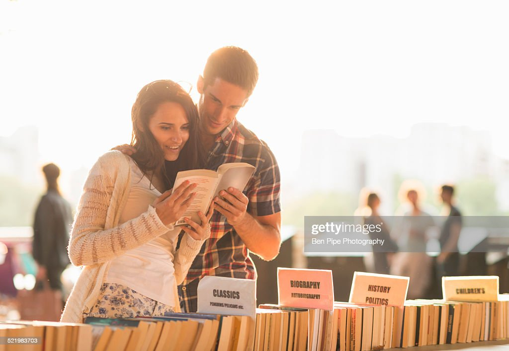 Young couple at second hand book stall : ストックフォト