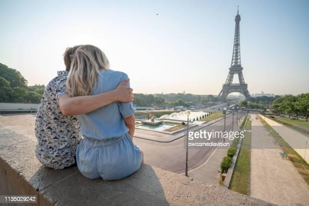 Junges Ehepaar am Eiffelturm in Paris betrachtet die urbane Skyline