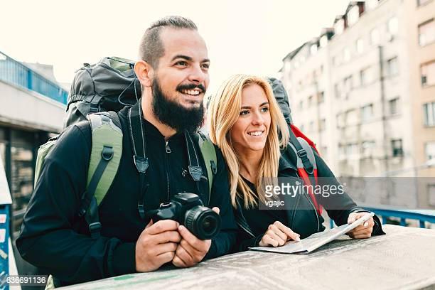 Les randonneurs jeune Couple dans la ville