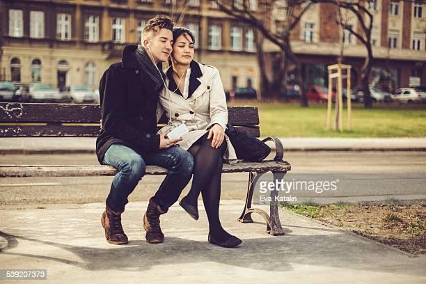Jeune couple fait d'être ensemble