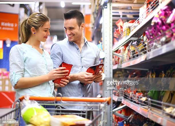 Junges Paar kaufen Lebensmittel im Supermarkt.