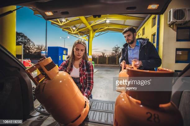 若いカップルの lpg を購入ガス容器 - キャニスター ストックフォトと画像