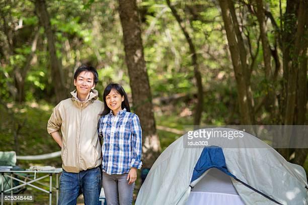 キャンプをする若いカップル - 中年カップル ストックフォトと画像