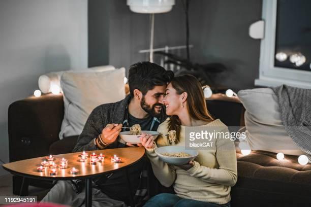 pares novos que comemoram o dia do valentim dentro - dia dos namorados - fotografias e filmes do acervo