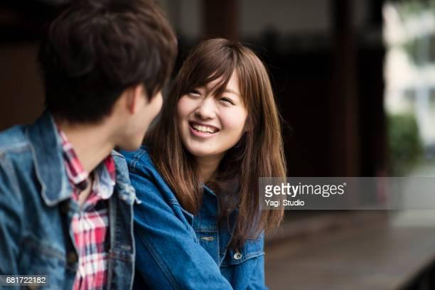 観光寺院に来る若いカップル - カップル ストックフォトと画像