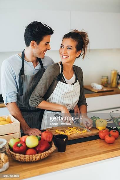 Jeune couple cuisson dans la cuisine