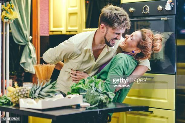 Junges Paar kochen in der Küche