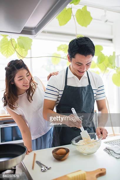 Jeune couple cuisine ensemble