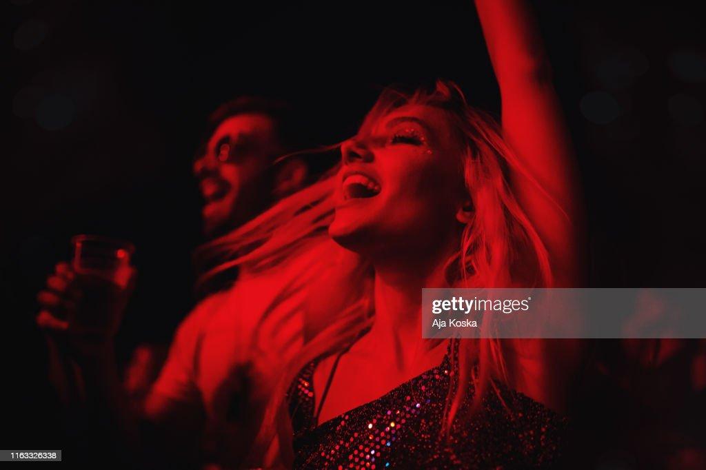 Ungt par som dansar på musikfestivalen. : Bildbanksbilder
