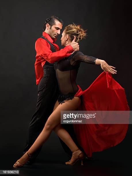 Joven pareja bailando