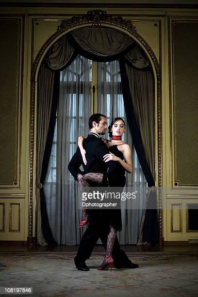 Junges Paar Tanzen Tango in eleganten Zimmer