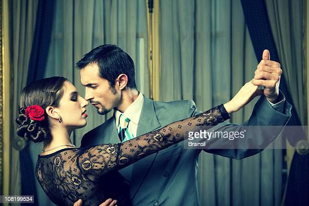 junges paar tanzen tango im zimmer - tango tanz stock-fotos und bilder