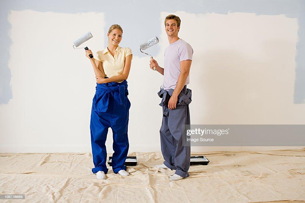 Young couple decorating : ストックフォト
