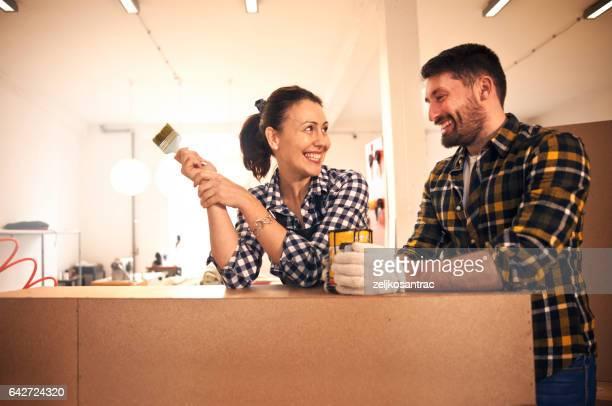 Junges Paar Dekorieren