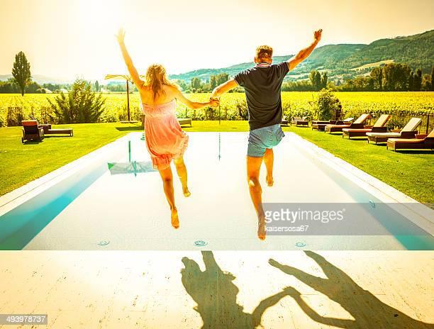 Jeune Couple, plongée en piscine