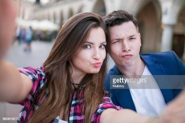 クラクフ (kraków) の都市の selfies をしている若いカップル。 - kraków ストックフォトと画像